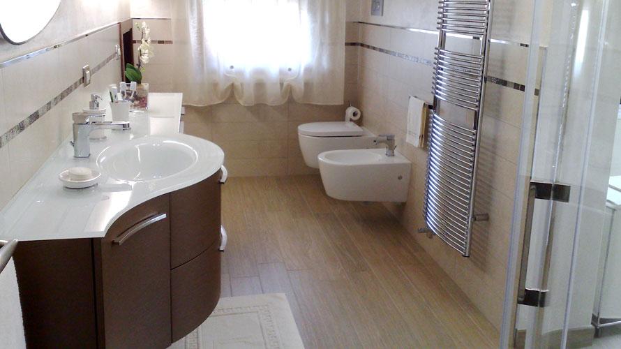Bagno completo con doccia – Boiserie in ceramica per bagno